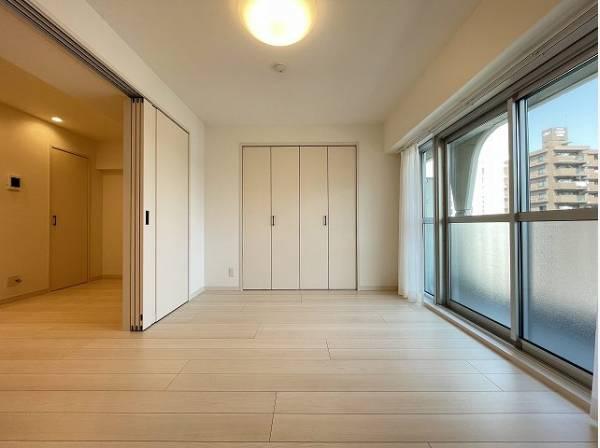 大きな窓からたっぷりと陽光が注がれる明るい空間。一日の疲れを癒してくれる、時を忘れて過ごせるお部屋。