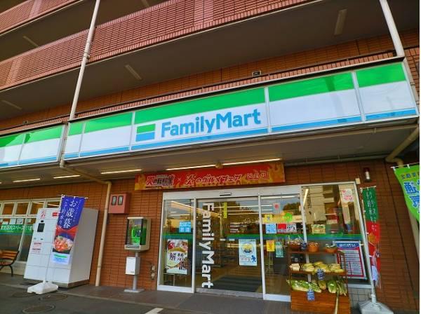ファミリーマート世田谷鎌田三丁目店まで300m 「あなたと、コンビに、ファミリーマート」をモットーに、来るたびに楽しい発見があって、新鮮さにあふれたコンビニを目指しています。