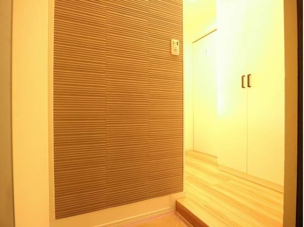 住まいの顔となる玄関は、落ち着きと華やぎの満ちた空間に。「行ってきます」「ただいま」を見守り続けます。