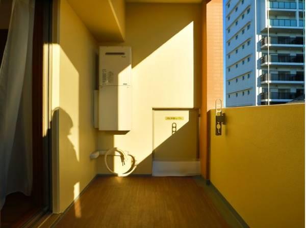 バルコニーはお布団や洗濯物もたっぷり干せる広さがあり、太陽の陽射しでしっかりと乾きそうです。