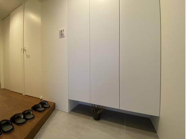 清潔感のある空間を保てるよう、収納スペースを広く設けました。玄関をスッキリ綺麗な空間に。