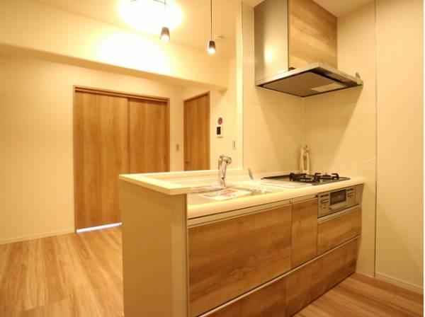開放感を高めながらも、お料理中はちらかりがちな手元を隠せる対面式キッチン。ダイニングとのほどよい距離感を実現できます。