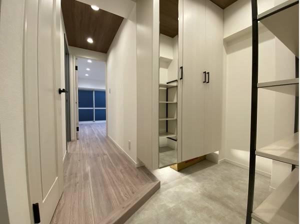 玄関扉を開けると広々としたスペースがあります。住まいの顔となる玄関は、落ち着きと華やぎの満ちた空間に。