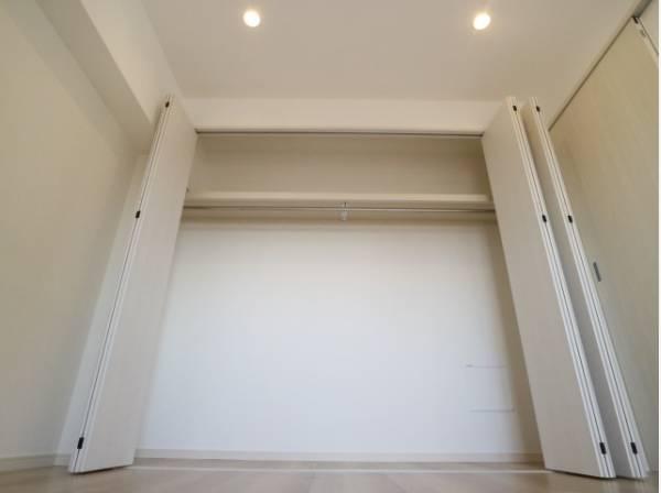 充分な収納スペースを確保。居室内に余計な家具を置く必要がないので、シンプルですっきりとした暮らしが実現しています。