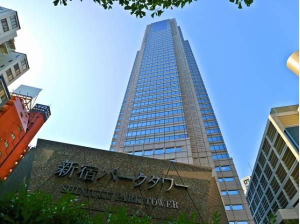 新宿パークタワーまで1000m 都庁舎に隣接する超高層ビル群の一角、独特な三角屋根の外観が特徴です。オフィスをはじめ、ホテル、ショップや多目的ホール、レストランなどを擁する複合施設です。