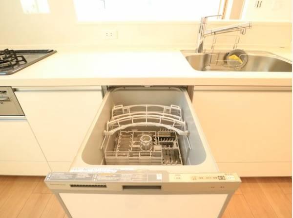ビルトイン食洗機は、作業台が広く使え、見た目もスッキリ。節水や節電機能も充実して家事の手助けをしてくれます。
