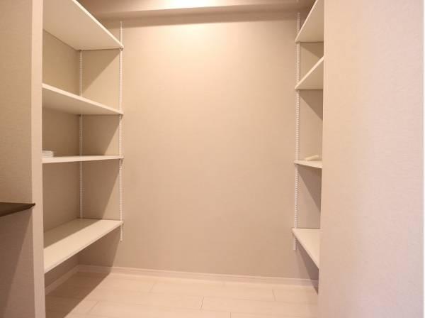 大容量収納可能なDENスペースはシーズンオフの服や日用品や雨具・アウトドア用品の収納など便利にお使いいただけます。