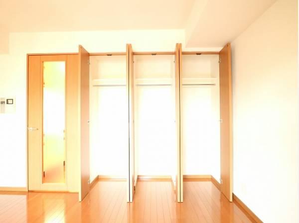 壁一面の収納をご用意。ハンガーパイプが付いた使いやすい設計。ワードローブをスッキリ収納できます。