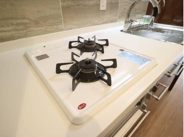 2口コンロで、お料理の効率もアップ。使い勝手の良さを考えました。受け皿のないフラット天板で、お手入れもラクラク。