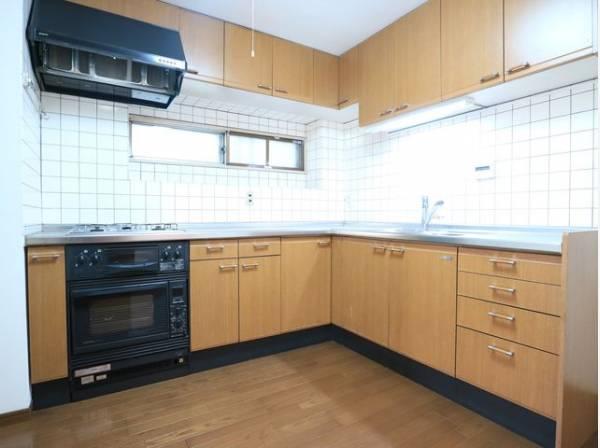 L字型キッチンはワークトップが広く、電化製品を置くスペースもあり使い勝手に優れたキッチンです。手の込んだお料理も効率よく作れます。