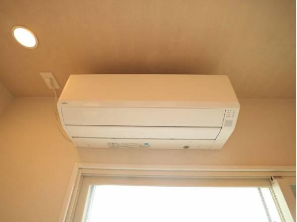リビングには新規エアコンが設置済み。お引越し後すぐに快適なお部屋での生活が可能です。