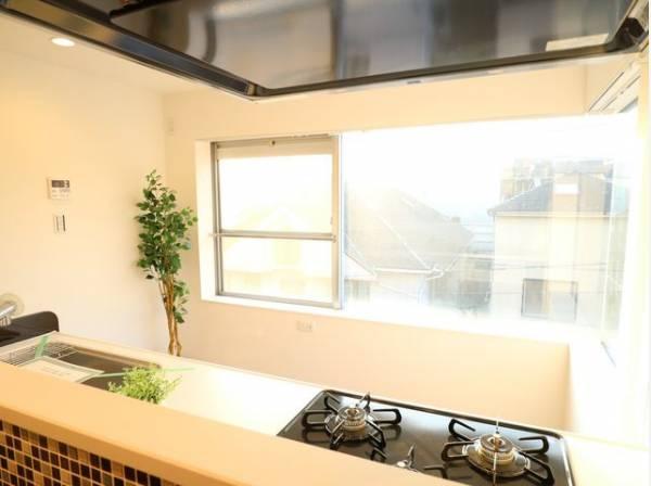開放感と明るさをもたらす大きな窓。キッチンとリビングを優しく照らしてくれます。