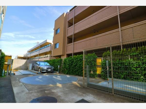 敷地内駐車場は月額19000円~28000円で利用することができます。