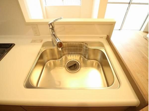 清潔感のあるすっきりとしたシンク。浄水機能付き水栓で大変便利です。