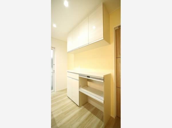 ゆったりと調理ができる位のスペースを実現したキッチン。清潔感がございます。
