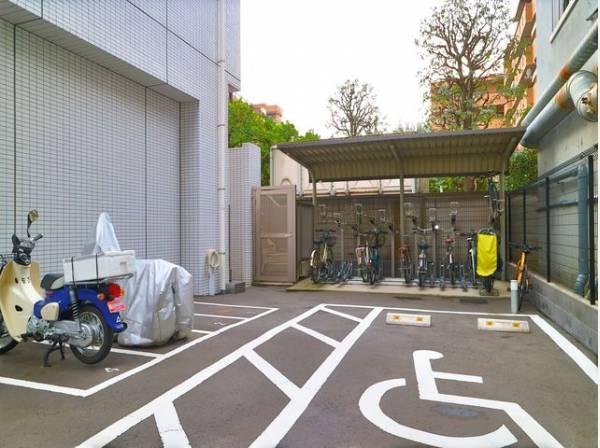 敷地内駐輪場は(月額)200~400円、バイク置場は(月額)2000円で利用可能です。