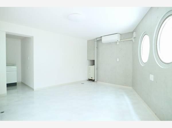 丸窓からの明るい日差しを受け、広々とした空間。トイレ・ミニキッチンも設置してあります。