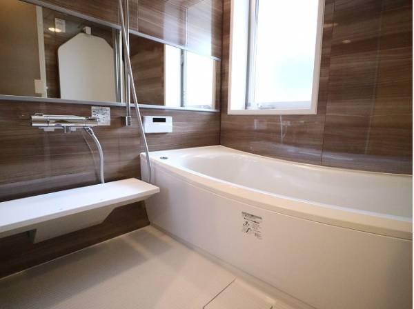 美しいツヤとなめらかな肌ざわり。水や汚れをはじき汚れにくくお掃除ラクラクの浴槽です。また、 換気のための窓もついています。