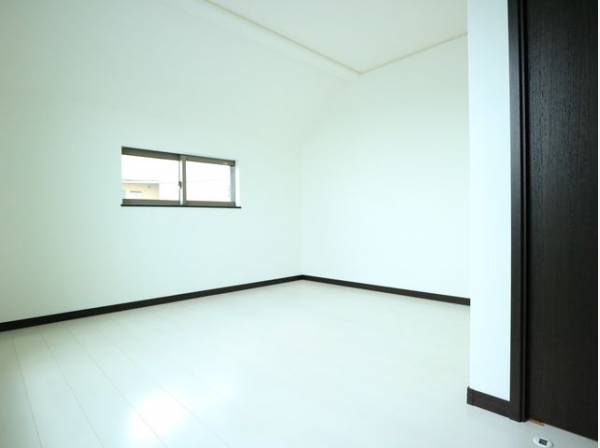 使い勝手の良いクローゼットが2つも付いた洋室。約6.2帖と広々とした空間でインテリアを楽しんでください。