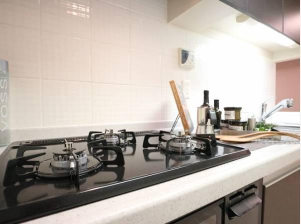三口コンロで、お料理の効率もアップ!使い勝手の良さを考えました。受け皿のないフラット天板で、お手入れもラクラク。