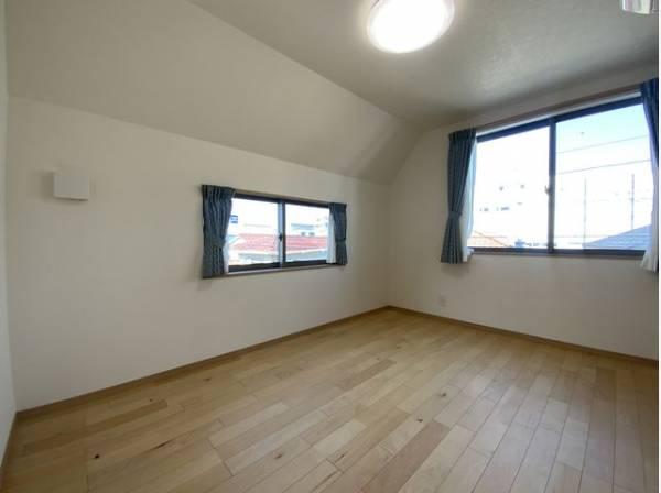 大きな窓からたっぷりと陽光が注がれる明るい空間。時を忘れて過ごせるお部屋。