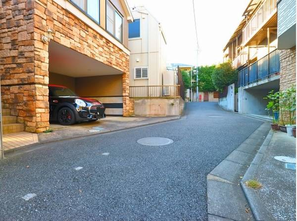 前面道路は私道につき、車通りもほとんどなく、安心の環境です。
