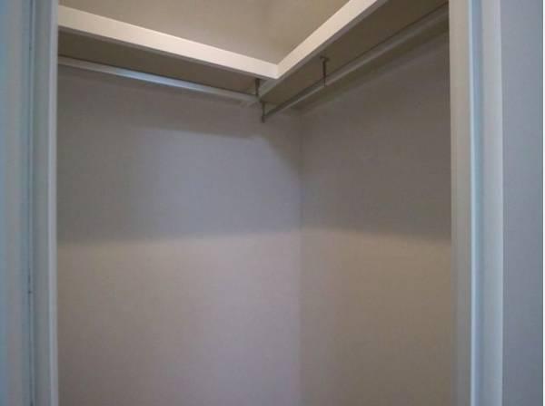 ひと目で収納物を確認できるウォークインクロゼット。衣装ケースなども収納することができます。