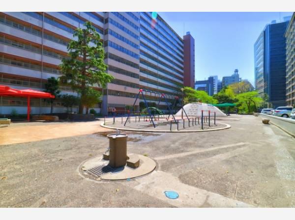 マンション敷地内に公園があります。住人方々の憩いの場となっています。
