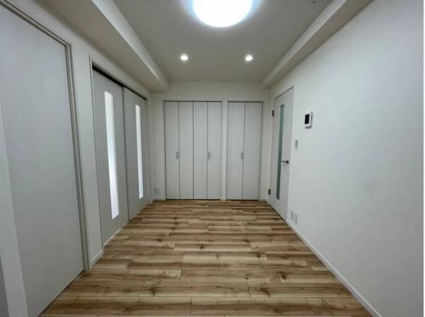 ナチュラルな木目調の床から木のぬくもりを感じられる空間。素材感など、ぜひ現地にてチェックしてください。