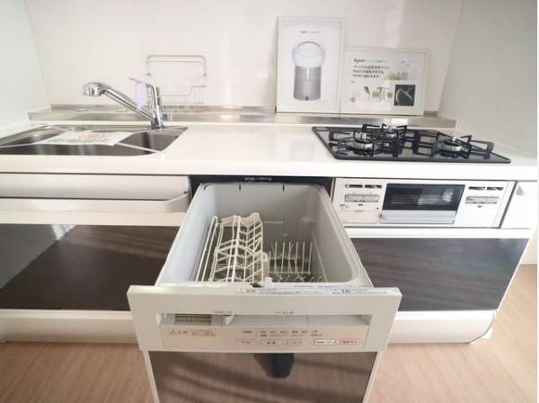 毎日をもっと軽やかに、キッチンワークをもっと効率的に。人に寄り添った、美しいシステムキッチンです。