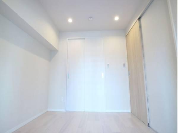 明るい色味の床は、部屋を明るく清潔な印象に見せる効果あり。圧迫感が少くゆったりと感じる事ができます。
