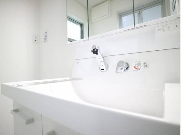 三面鏡の鏡が付いた洗面台。鏡の後ろ側には収納スペースもあり、すっきりとまとめることが出来ますね。