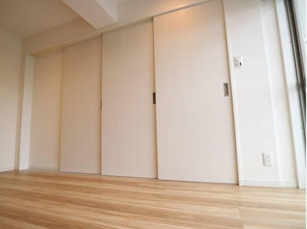リビングとの間仕切りは三枚扉になっています。3枚とも戸袋に収納できるので圧迫感がありません。仕切って寝室にも、開放して大空間のリビングにもなります。