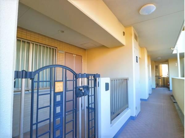 玄関にはポーチがついていて、 ドア開閉時に部屋の中が見えてしまうのを防ぐ、プライベートに配慮したつくりとなっています。