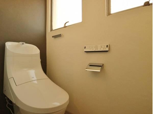ホワイトをベースとした明るいトイレ。窓も付いてるので空気の入れ替えも楽にできます。