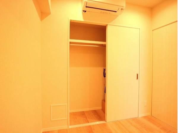 棚やハンガーパイプが付いた使いやすい設計。ワードローブをスッキリ収納できます。
