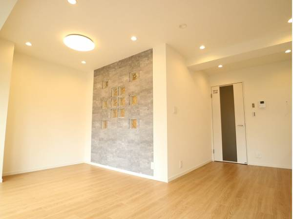 壁の一部にガラスブロックを採用。 壁面を一面変えるだけで一気にセンスのある空間に。