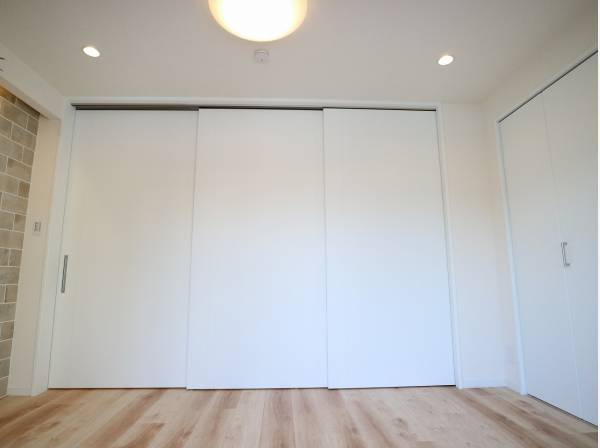 ダイニングとは引き戸で仕切られた洋室。引き戸を全開にしてワンルームとして利用できるのがうれしいポイントです。