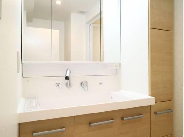 さまざまな物の収納に使えるサイドキャビネット付きの洗面化粧台。小物もきれいにすっきりとまとまります。