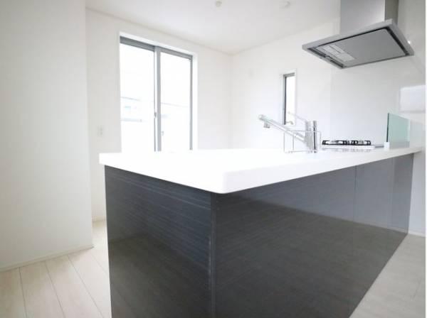 キッチンにも窓があり、バルコニーへ出ることができます。明るい光が差し込み、開放的な空間を演出します。