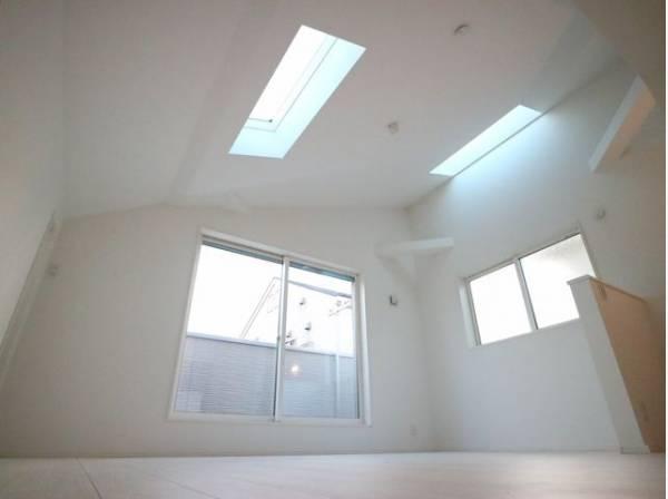 窓越しに射し込む自然光が風合い豊かな室内を照らし出し、落ち着きのある上品な空間を演出します。