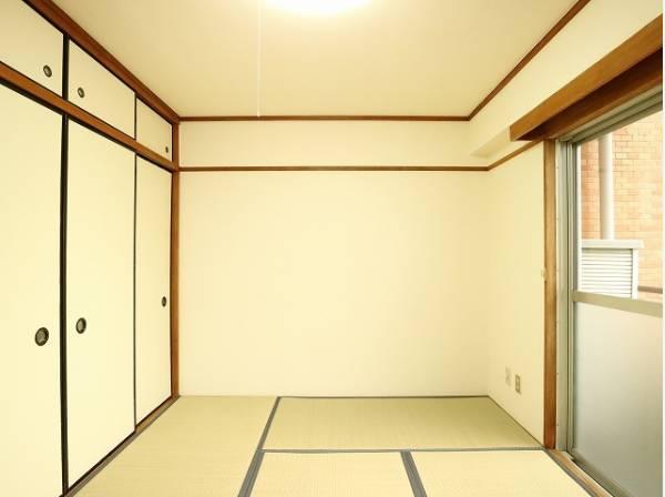 客間になったり、寝室になったりとなにかと便利な和室は約6帖のスペースを確保。井草の香りがやすらぎを与えます。