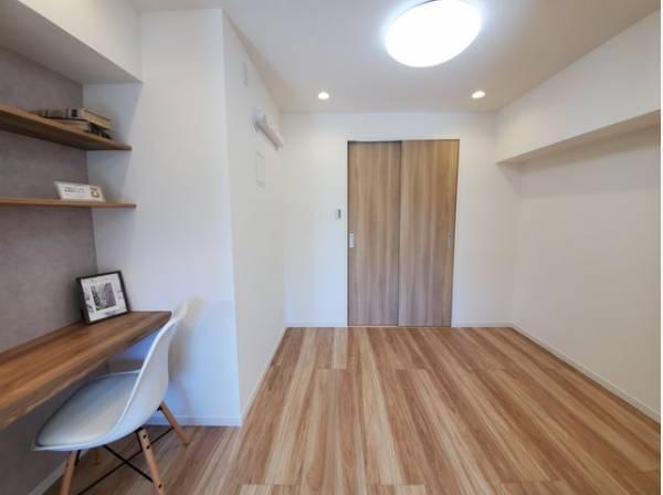 木のぬくもりを感じられる、のびのびとした洋室です。いつまでも快適に暮らせる空間が広がります。
