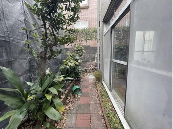 お庭では、ガーデニングなどを楽しむことができます。