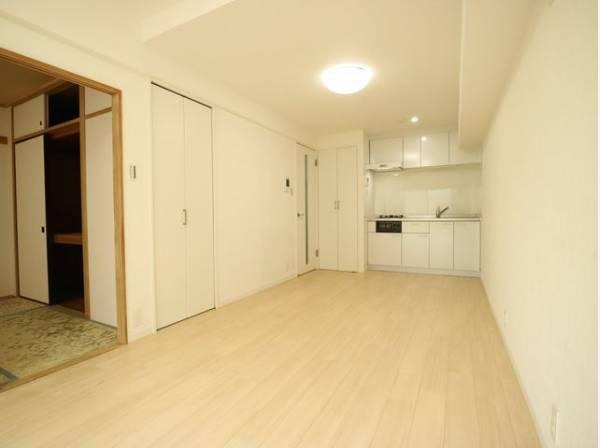 リビングダイニングと続き間の和室は約6帖。落ち着きのあるシンプルな畳のお部屋をご用意。押入には布団もたっぷり入ります。