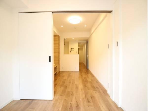 ダイニングとは引き戸で仕切られた洋室。可動ドアを閉めると個室になります。