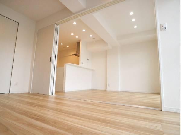 リビングに隣接した洋室は、約6.5帖と広々としています。クローゼットも広く洋服や小物をたくさん収納できるのでお部屋をすっきりさせることができます。