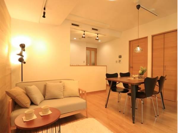 4人掛けのダイニングテーブルと2人掛けのソファ、リビングテーブルを置いてもゆったりとしたスペースがあるLDKです。