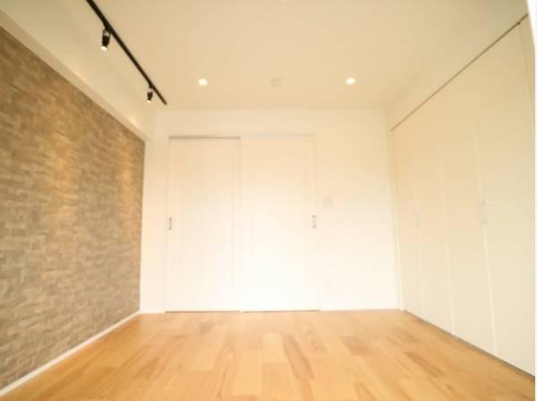 ダイニングと隣接の洋室は天井、フローリングと同じ色合いで揃えており、可動ドアを開くと広々とした空間になります。