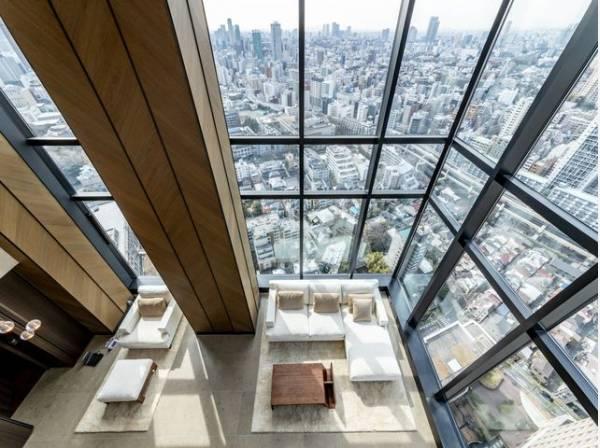 リビングは2層吹き抜けで大きな窓から都心を見下ろす圧巻の眺望。